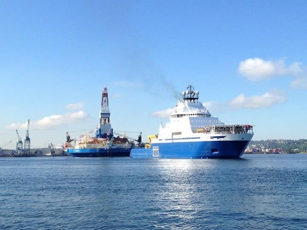 Shell&#039;s M/V Aiviq, equipped with spill response capabilities, departs a Seattle shipyard with Kolluk rig in tow.