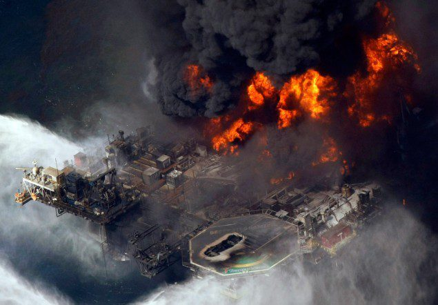 Deepwater_Horizon_Burning_April_20_2010