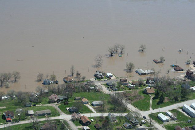 Flooding is seen along the Mississippi River in LaGrange, Missouri, in this April 21, 2013 handout photo courtesy of the Missouri Governor&#039;s Office. Picture taken April 21, 2013. REUTERS/Office of Missouri Governor Jay Nixon/Handout
